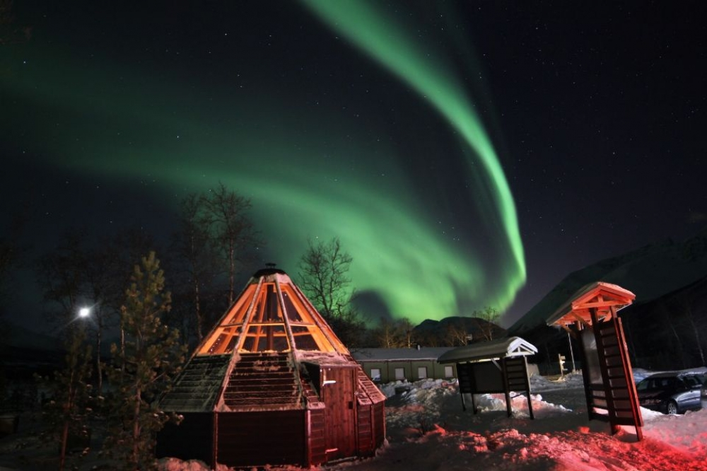 Tromsø: Overnight Sleep in a Sami tent and Cross-Country Skiing Experience