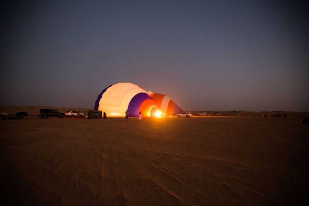Dubai: Hot Air Balloon Flight with Buffet Breakfast and Falcon Show