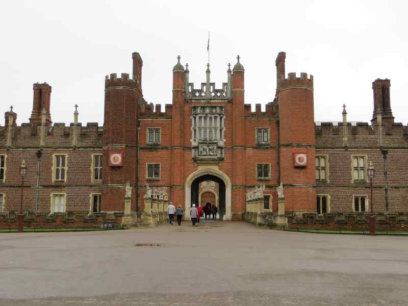 Hampton Court Palace Private Walking Tour with a Professional Guide