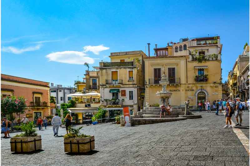 Etna Tour: Full-Day Etna and Taormina Tour from Catania