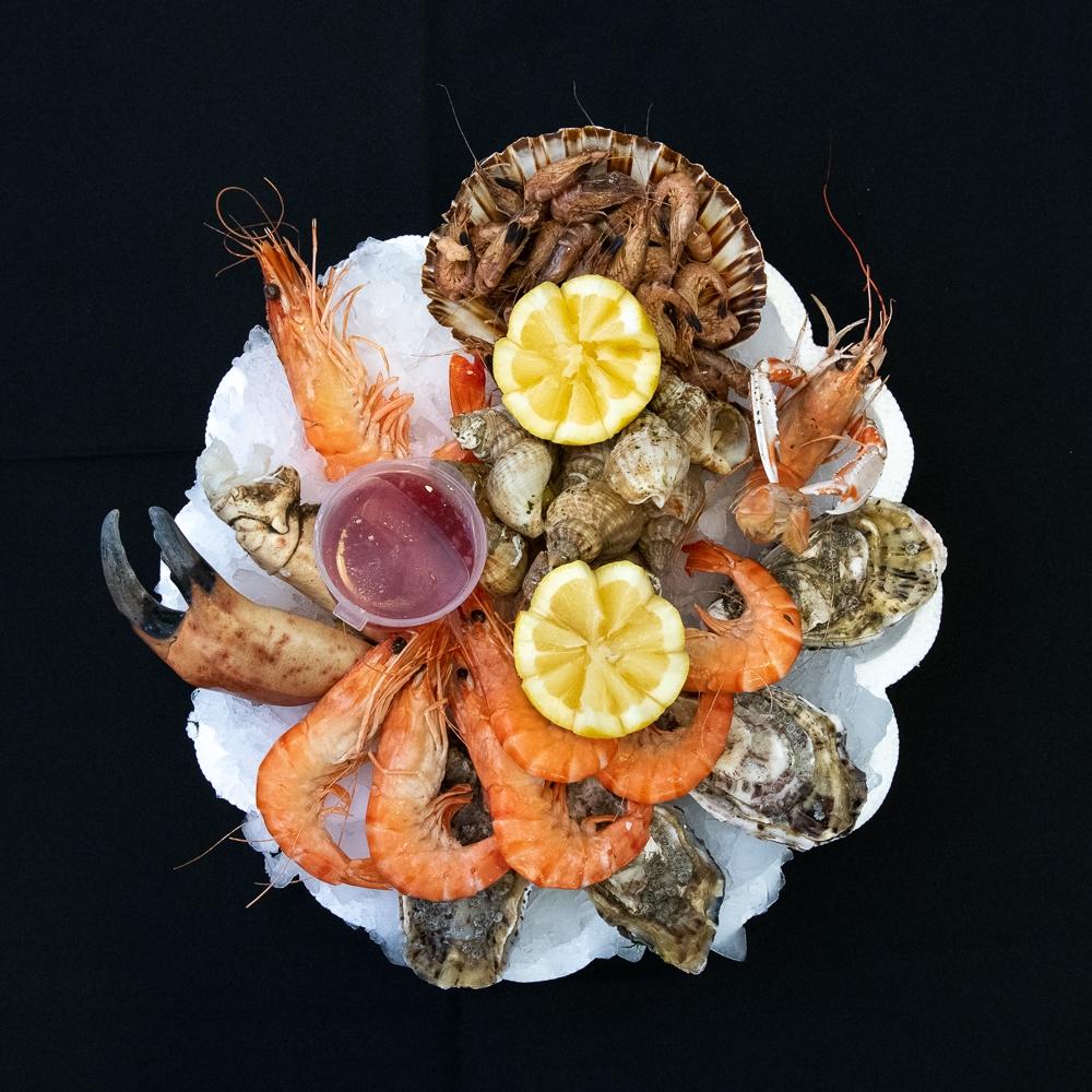 """Plateau de fruits de mer \""""Le Pêcheur\"""" de la maison Dupuis (prix par personne)"""