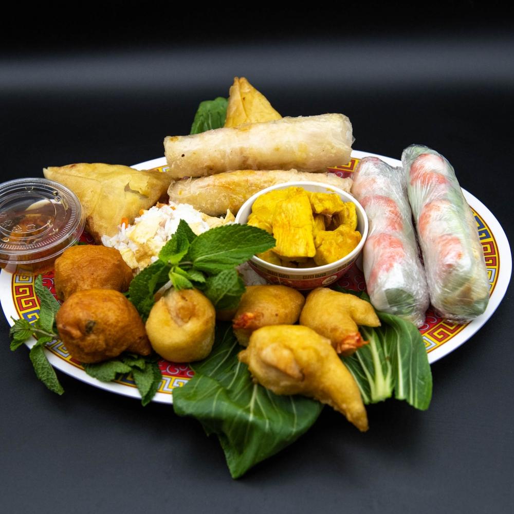 Assiette de riz cantonnais et poulet sauté, garnie pour 2 personnes