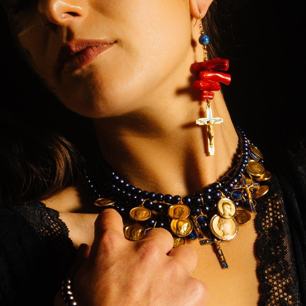 Collier perles noires du Japon et médailles