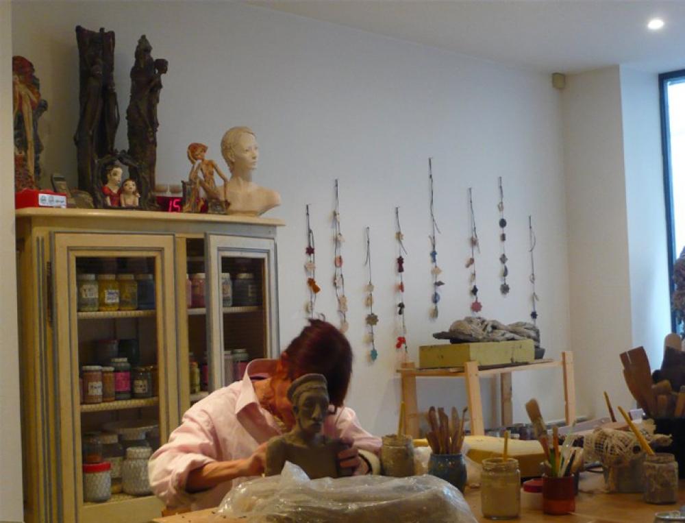 Un cours de décoration sur céramique - Paris 17e