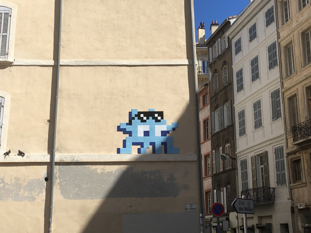 Street art avec Space Invaders, quartier du Panier à Marseille.