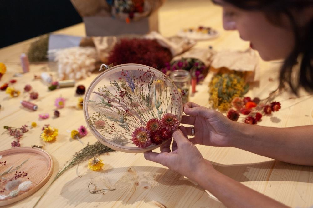 Découverte de la broderie de fleurs séchées sur tambour à Lyon