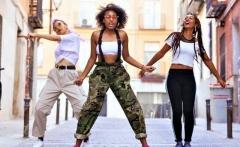 zawema dance femmes cheveux frisés