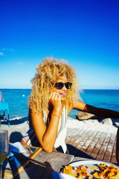 Zawema.com femmes cheveux frisés terrasse plage