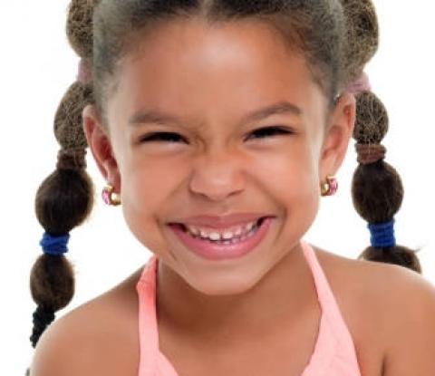 enfant fille cheveux boucles couettes