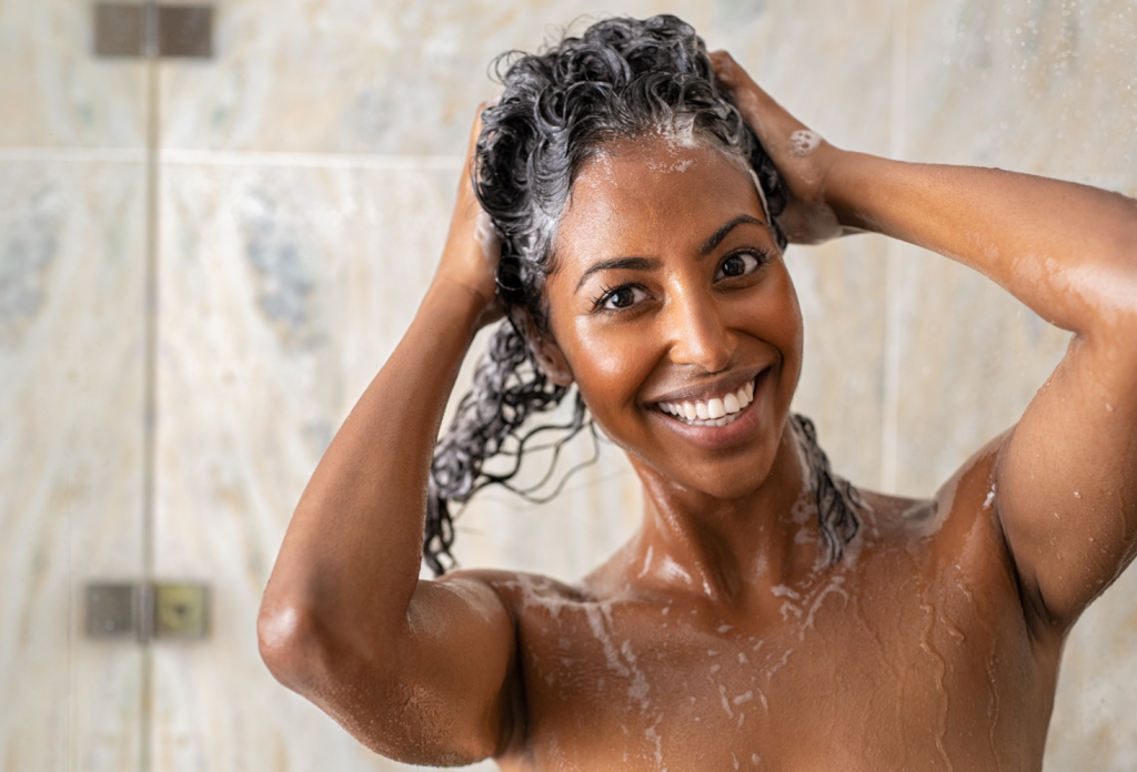 Femme cheveux bouclés shampoing