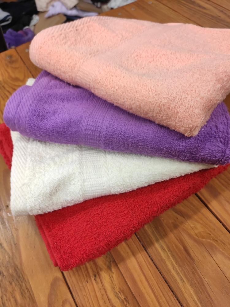 -50%.Lot de 4 serviettes de toilette neuves .