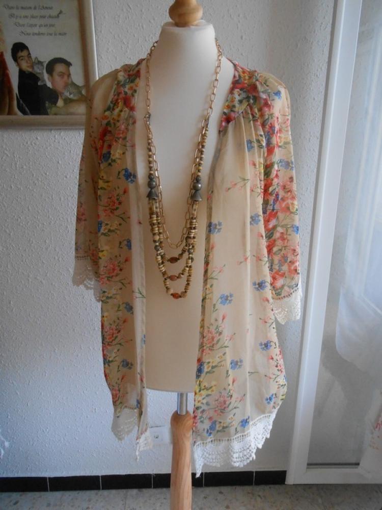 jolie Veste voile beige et multicolore avec bordures en dentelle blanche