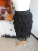 très jolie jupe à volants noirs, en voile, doublée, avec taille élastique