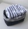 Panier réversible et ses 10 carrés démaquillants - Motif pâquerette grise stylisée sur fond blanc