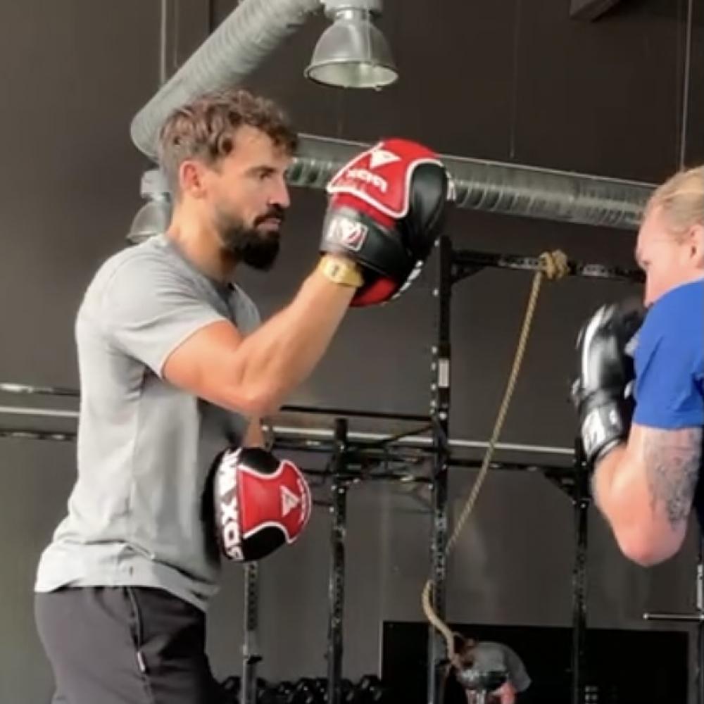 Cours de Boxe, Kickboxing et Boxe Thaï, fun et tous niveaux, chez vous, en salle ou en plein air.