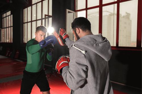 entraineur boxeur au pao de boxe anglaise
