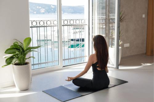 Faire du yoga dans son salon