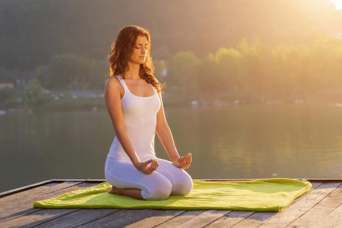 Faire du yoga sur la terrasse