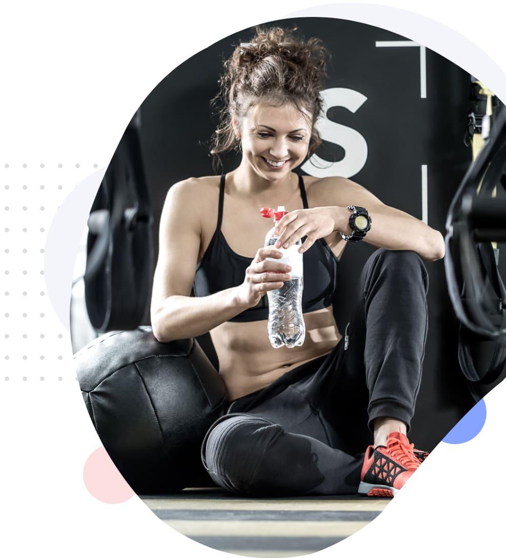 Une femme se repose pendant sa séance de sport