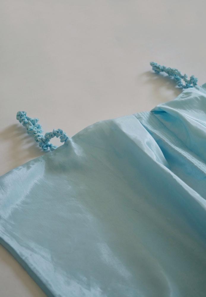 Top droit en satin de soie bleu
