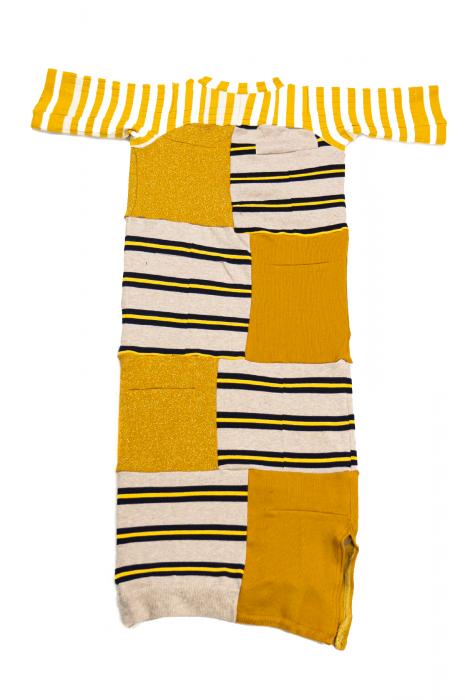 Robe moulante et fente basse à rayures et carreaux jaune