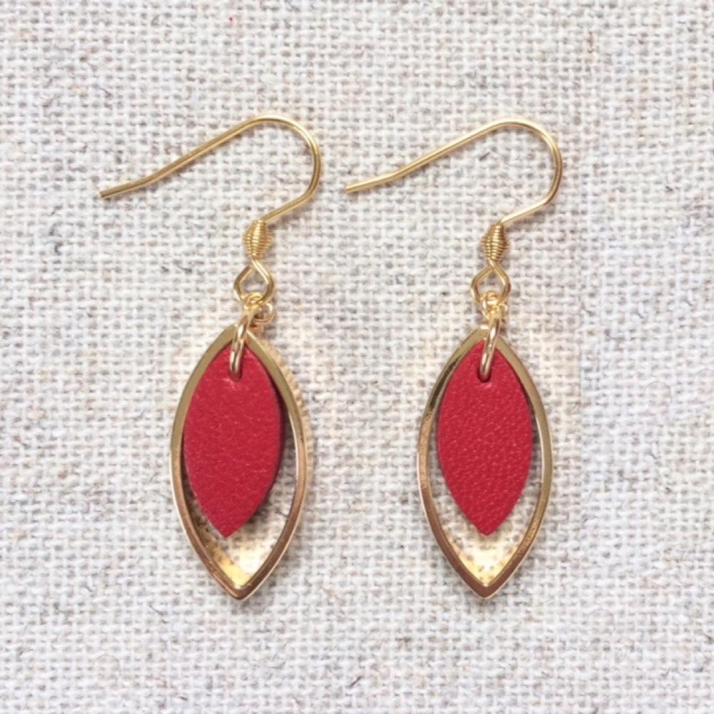 """Boucles d'oreilles \""""SMORZANDO\"""" - Boucles hypoallergéniques dorées, pendentif plaqué or forme navette et cuir rouge"""