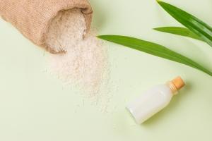 Intégrer l'eau de riz à sa routine capillaire